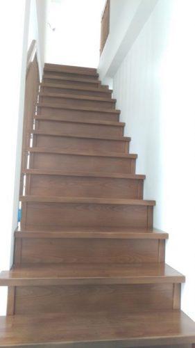 Изрязани страници по профила на стълбата