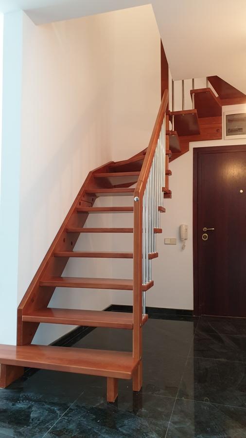 Г-образна стълба с INOX-ов парапет.