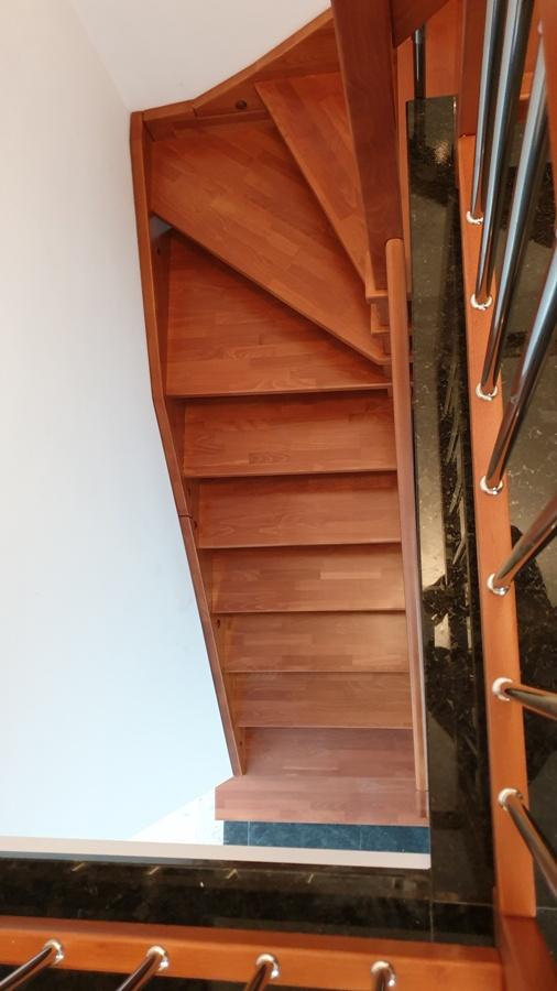 Г-образна интериорна стълба с централна колона и парапет