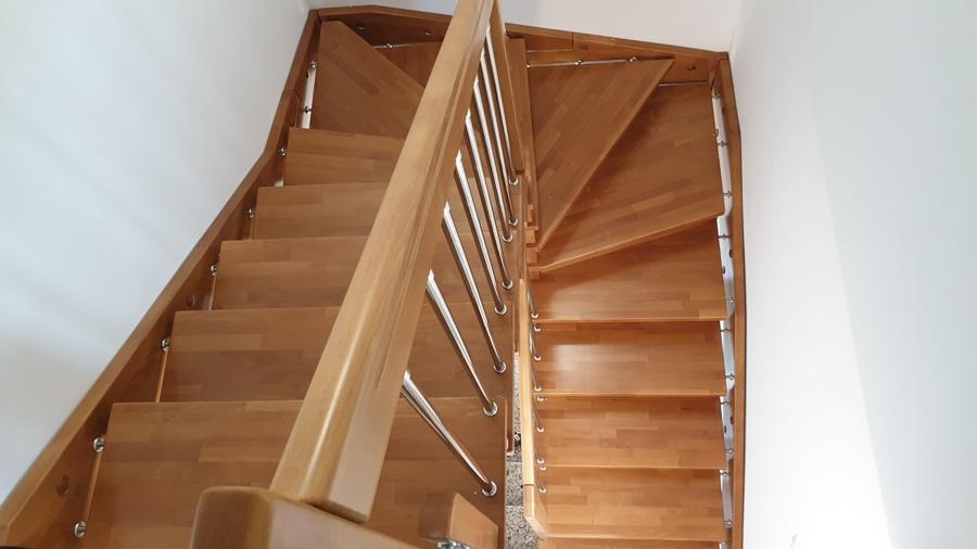 Интериорна стълба с иноксов парапет.